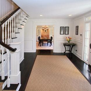 Idee per un ingresso tradizionale di medie dimensioni con pareti bianche, parquet scuro, una porta singola e una porta bianca