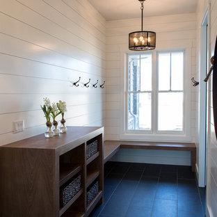 Diseño de vestíbulo posterior de estilo americano, de tamaño medio, con paredes blancas, suelo de baldosas de porcelana y suelo negro