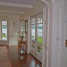 Traditional Entry by SJMac Gregor Builders, LLC
