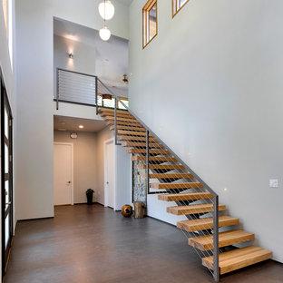Idéer för en stor modern foajé, med grå väggar, bambugolv, en enkeldörr och en svart dörr