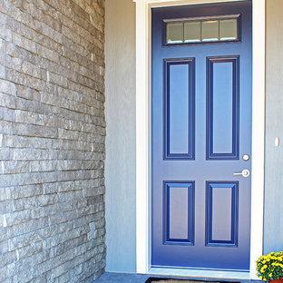 Amerikansk inredning av en mellanstor ingång och ytterdörr, med grå väggar, vinylgolv, en enkeldörr och en blå dörr