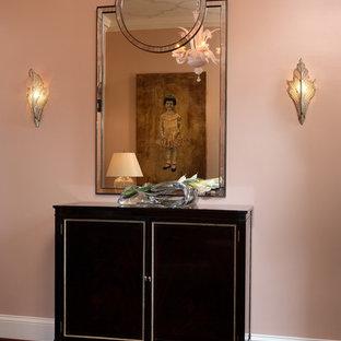 Modern inredning av en entré, med rosa väggar