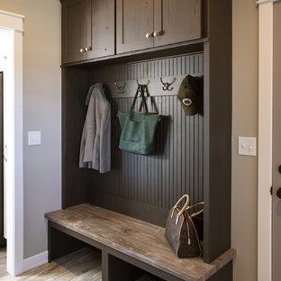 Создайте стильный интерьер: тамбур среднего размера в стиле современная классика с бежевыми стенами, полом из ламината и коричневым полом - последний тренд