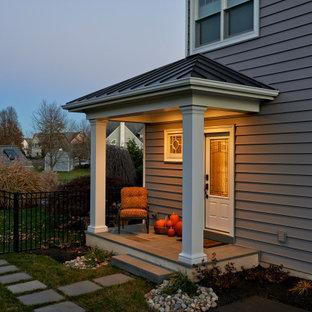 Источник вдохновения для домашнего уюта: вестибюль среднего размера в стиле неоклассика (современная классика) с серыми стенами, полом из сланца, одностворчатой входной дверью, стеклянной входной дверью, серым полом и балками на потолке