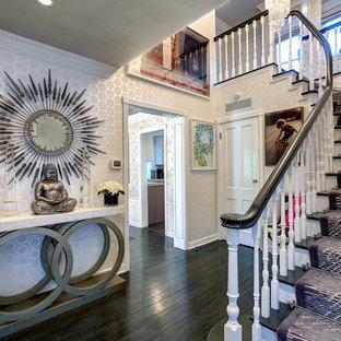Пример оригинального дизайна: фойе в современном стиле с разноцветными стенами, деревянным полом, одностворчатой входной дверью и белой входной дверью