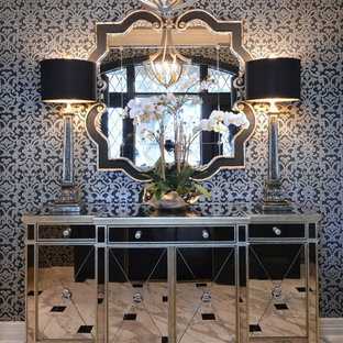 Создайте стильный интерьер: маленькое фойе в стиле современная классика с серебряными стенами, мраморным полом и двустворчатой входной дверью - последний тренд