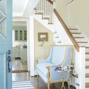 Idéer för att renovera en mellanstor vintage foajé, med beige väggar, mörkt trägolv, en tvådelad stalldörr, en blå dörr och brunt golv
