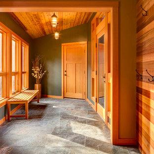 Идея дизайна: тамбур среднего размера в стиле кантри с разноцветными стенами, одностворчатой входной дверью, входной дверью из дерева среднего тона и серым полом