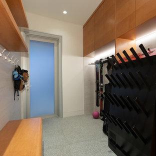 Idéer för att renovera ett stort funkis kapprum, med vita väggar, en enkeldörr, glasdörr, beiget golv och linoleumgolv