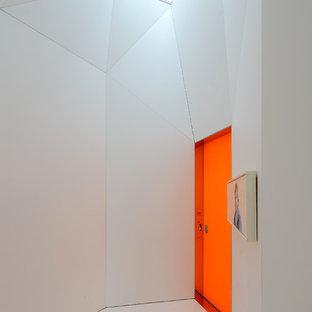 Cette photo montre une entrée moderne avec une porte simple et une porte orange.