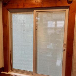 Источник вдохновения для домашнего уюта: прихожая среднего размера с паркетным полом среднего тона, раздвижной входной дверью, стеклянной входной дверью и кирпичными стенами