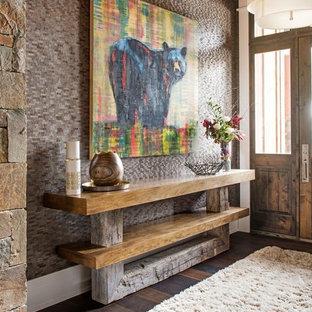 他の地域のサンタフェスタイルのおしゃれな玄関 (濃色無垢フローリング、茶色い床) の写真