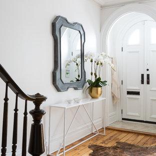 Источник вдохновения для домашнего уюта: большое фойе в стиле неоклассика (современная классика) с белыми стенами, светлым паркетным полом, двустворчатой входной дверью и белой входной дверью