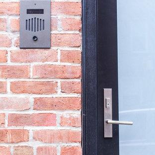 Inspiration pour une porte d'entrée minimaliste avec une porte simple.