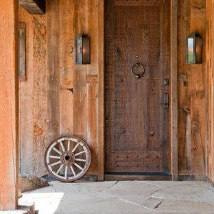 Неиссякаемый источник вдохновения для домашнего уюта: входная дверь в стиле рустика с одностворчатой входной дверью и входной дверью из дерева среднего тона