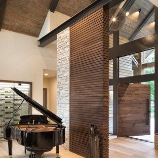Ispirazione per un'ampia porta d'ingresso minimalista con parquet chiaro, una porta a pivot, una porta in legno scuro e pavimento marrone