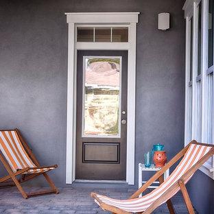 Modelo de puerta principal costera con puerta violeta
