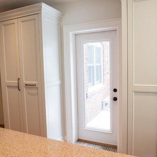トロントの広い片開きドアトラディショナルスタイルのおしゃれな玄関ドア (コルクフローリング、白い壁、白いドア) の写真