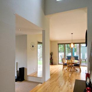 Exempel på en mellanstor modern foajé, med grå väggar, ljust trägolv, en dubbeldörr, mörk trädörr och gult golv