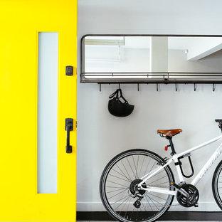Immagine di un piccolo ingresso design con pareti grigie, pavimento in terracotta, una porta singola e una porta gialla