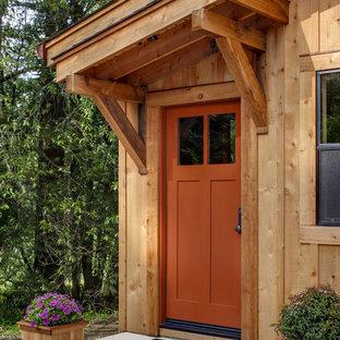 Exempel på en modern entré, med en orange dörr
