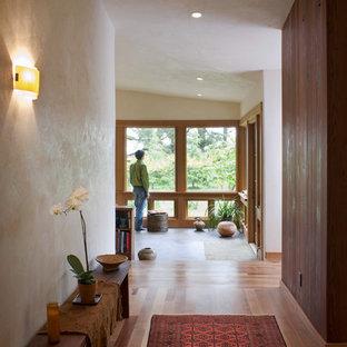 Idée de décoration pour une entrée bohème avec un couloir et un mur beige.