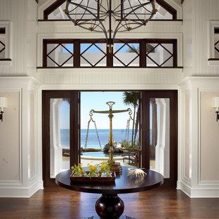 マイアミの広い両開きドアエクレクティックスタイルのおしゃれな玄関ロビー (白い壁、濃色無垢フローリング) の写真