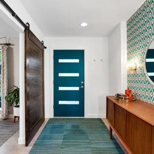 フェニックスの中サイズの片開きドアミッドセンチュリースタイルのおしゃれな玄関ロビー (白い壁、磁器タイルの床、青いドア) の写真