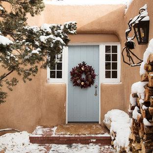 Inredning av en amerikansk entré, med en enkeldörr och en grå dörr