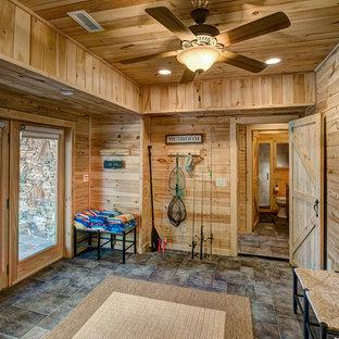 Idee per un ingresso con anticamera stile rurale di medie dimensioni con una porta a due ante e una porta in legno chiaro