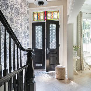 Inspiration för en eklektisk entré, med ljust trägolv, en dubbeldörr och en svart dörr