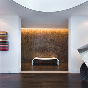 Bild på en funkis foajé, med vita väggar, mörkt trägolv och brunt golv