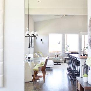 Réalisation d'un hall d'entrée minimaliste de taille moyenne avec un mur beige, un sol en bois foncé, une porte simple, une porte blanche, un sol marron et un plafond voûté.