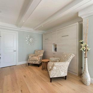 Diseño de hall marinero, de tamaño medio, con paredes azules, suelo de madera clara, suelo beige, puerta simple y puerta blanca