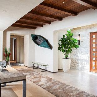 Idéer för att renovera en tropisk foajé, med vita väggar, en enkeldörr, mellanmörk trädörr och beiget golv