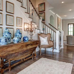 Diseño de puerta principal tradicional, de tamaño medio, con paredes blancas, suelo de madera en tonos medios, puerta doble y puerta de vidrio