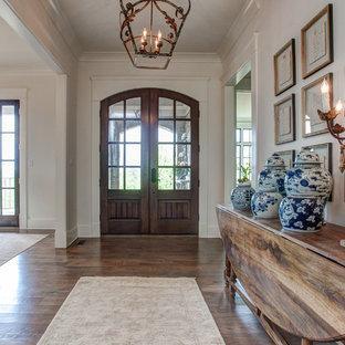 リトルロックの中くらいの両開きドアトラディショナルスタイルのおしゃれな玄関ドア (白い壁、無垢フローリング、濃色木目調のドア) の写真