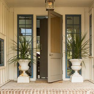 Diseño de puerta principal costera con puerta simple y puerta gris
