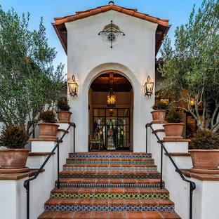 Idéer för att renovera en stor medelhavsstil ingång och ytterdörr, med vita väggar, klinkergolv i keramik, en enkeldörr, glasdörr och rött golv