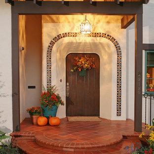 Inspiration pour une porte d'entrée méditerranéenne de taille moyenne avec une porte simple, un mur blanc et une porte en bois foncé.
