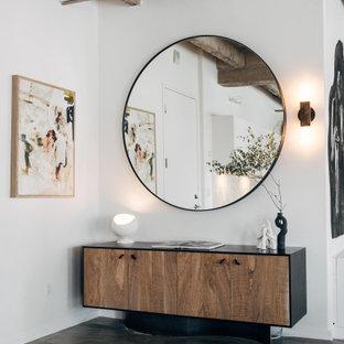 他の地域の中くらいの片開きドアインダストリアルスタイルのおしゃれな玄関ドア (白い壁、コンクリートの床、白いドア、グレーの床、表し梁) の写真