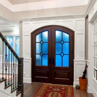 Ejemplo de puerta principal costera, de tamaño medio, con puerta doble, puerta marrón, suelo marrón, paredes beige y suelo de madera oscura