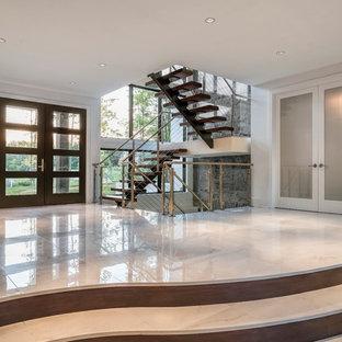 シンシナティの広い両開きドアモダンスタイルのおしゃれな玄関ロビー (白い壁、大理石の床、ガラスドア) の写真