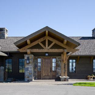 Diseño de entrada rústica con puerta simple y puerta de madera oscura