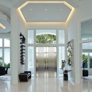 Idéer för funkis foajéer, med vita väggar, en dubbeldörr, klinkergolv i porslin och metalldörr