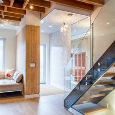 Modern Entry by Wanda Ely Architect Inc.
