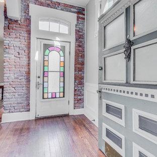 Idee per una grande porta d'ingresso vittoriana con pareti grigie, parquet scuro, una porta singola, una porta verde e pavimento marrone