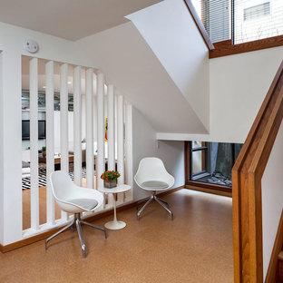 ポートランドのコンテンポラリースタイルのおしゃれな玄関 (白い壁、コルクフローリング) の写真