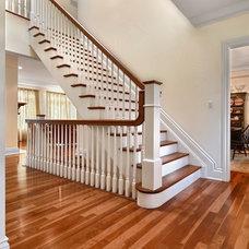 Traditional Entry by Cynthia Zahoruk Architect Inc.