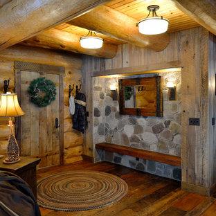 Выдающиеся фото от архитекторов и дизайнеров интерьера: фойе в стиле рустика с одностворчатой входной дверью и входной дверью из светлого дерева